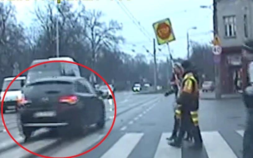 """Kobieta kierująca Citroenem C3 zignorowała nawet obecność """"przeprowadzacza"""" na przejściu dla pieszych /"""