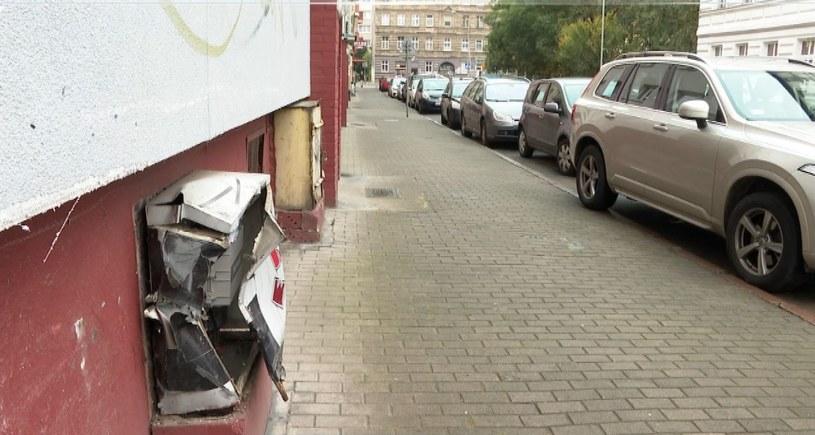 Kobieta kierująca samochodem osobowym uderzyła w nieużytkowaną bramę szpitala na szczecińskich Pomorzanach, a później w ścianę budynku naprzeciwko /Polsat News