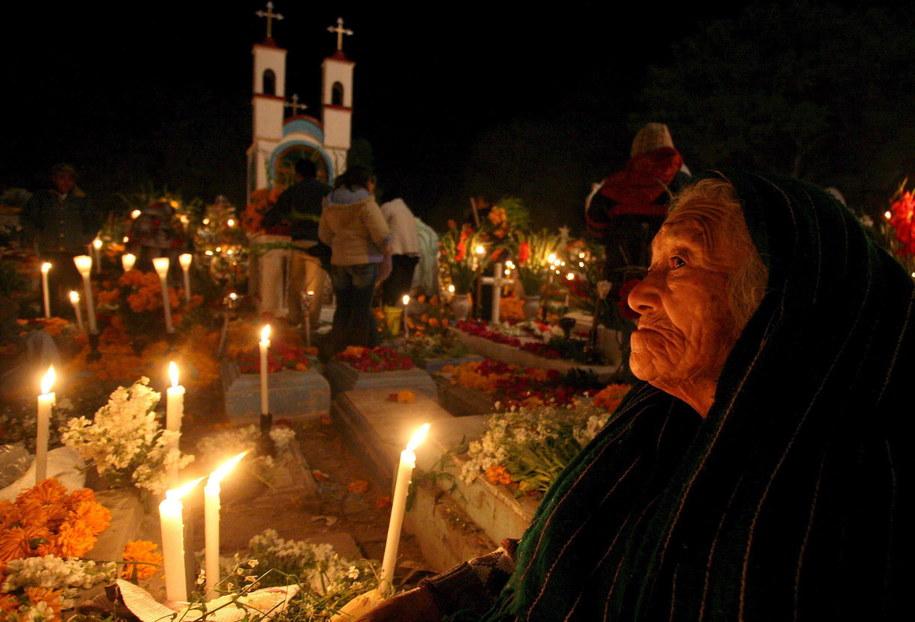 Kobieta modląca się na cmentarzu w Tlacotepec, podczas obchodów Dnia Zmarłych /Ulises Ruiz /PAP/EPA