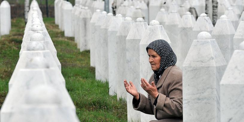 Kobieta modli się przy grobach ofiar masakry w Srebrenicy /ELVIS BARUKCIC / AFP /AFP