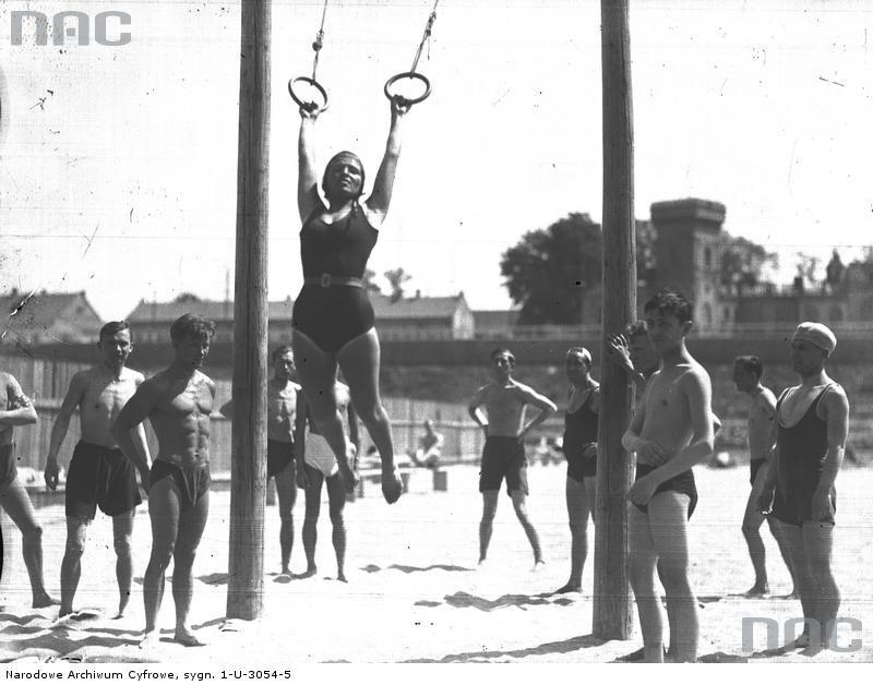 Kobieta na huśtawce oraz inni plażowicze podczas zabawy i wypoczynku (1931) /Narodowe Archiwum Cyfrowe /INTERIA.PL