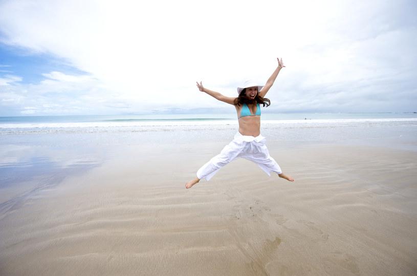 kobieta na plaży /© Photogenica
