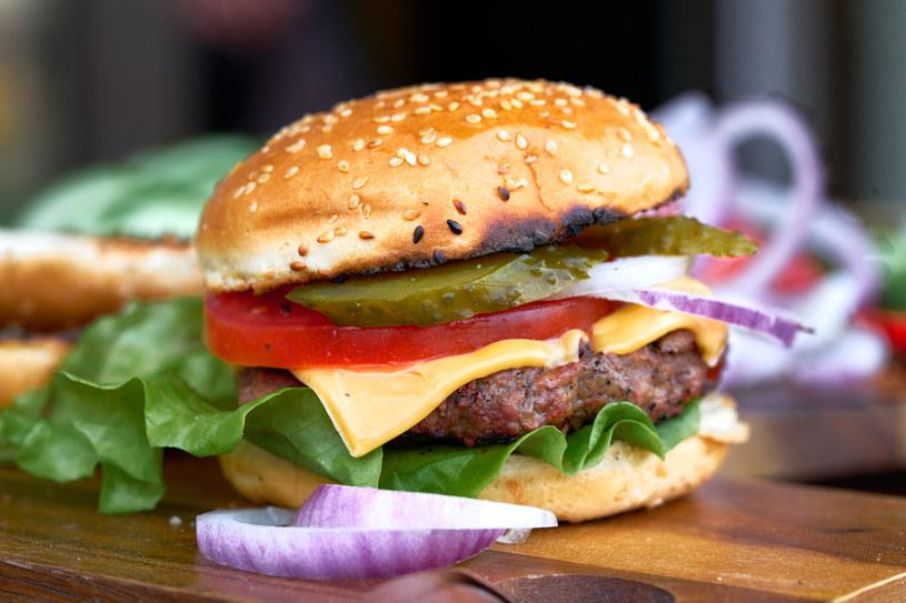 Kobieta nie mogła oprzeć się reklamie i kupiła cheeseburgera /123RF/PICSEL