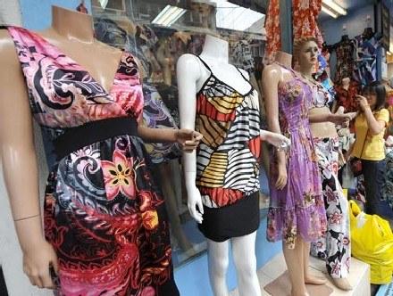 Kobieta oglądająca kolekcję sukienek /AFP
