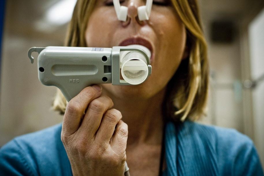 Kobieta podczas badania spirometrycznego płuca /Wojciech Pacewicz /PAP