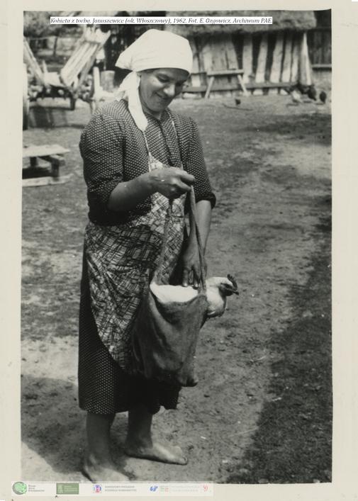 Kobieta pokazuje w jaki sposób można transportować kurę. Januszewice 1962 rok / Zdjęcia: zespół PAE Uniwersytet Śląski /&nbsp