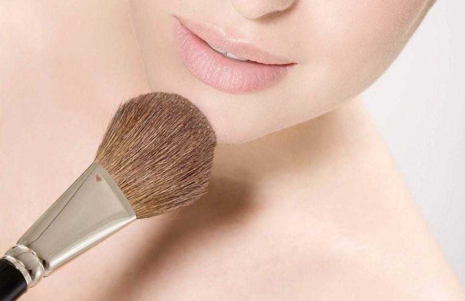 Kobieta pożyczyła pędzel do makijażu swojej koleżance / Roman Märzinger /PAP/EPA