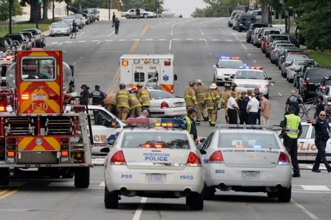Kobieta próbowała staranować barierki przed Białym Domem. /MICHAEL REYNOLDS    /PAP/EPA