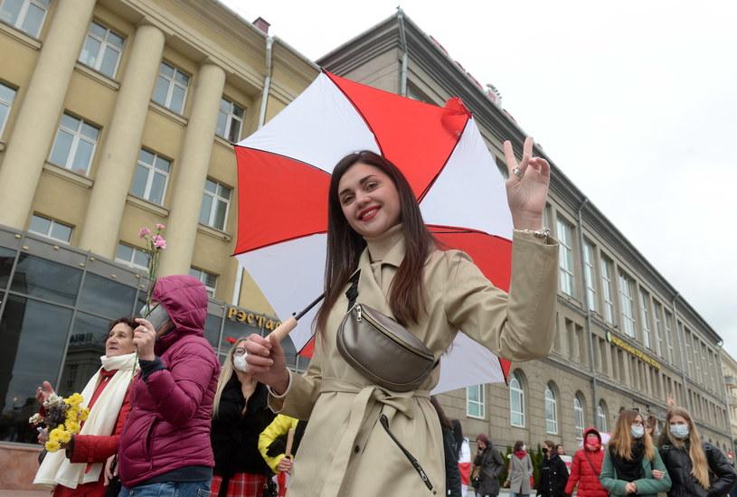 Kobieta protestująca w sobotę w Mińsku /PAP/EPA