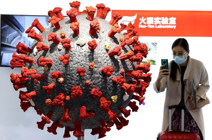 Kobieta robi zdjęcie modelowi koronawirusa podczas targów w Wuhanie /Zhang Chang/China News Service /Getty Images