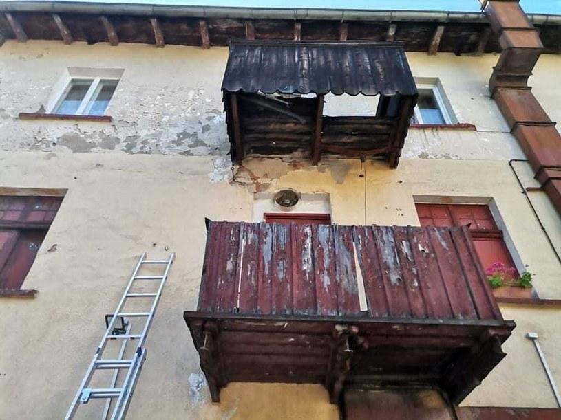 Kobieta spadła na balkon piętro niżej /Facebook.com/OSP KSRG Szklarska Poręba /