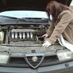 Kobieta u mechanika
