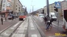 Kobieta w ciąży wbiegła pod tramwaj. Skończyło się na mandacie [WIDEO]
