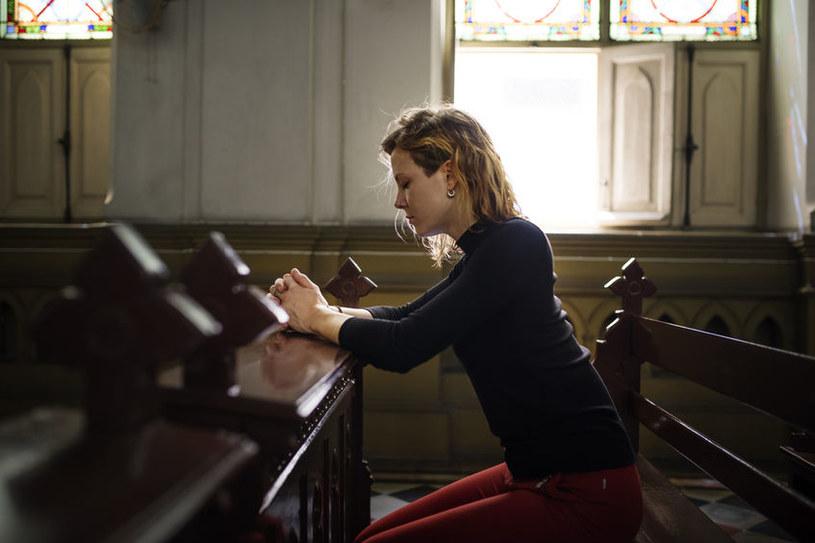 Kobieta w kościele /©123RF/PICSEL