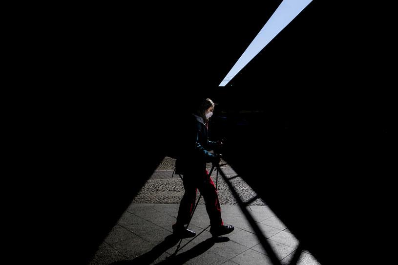 Kobieta w maseczce na ulicach Berlina /Florian Gaertner/Photothek  /Getty Images