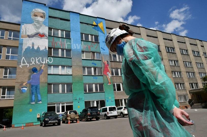 Kobieta w stroju ochronnym przed szpitalem we Lwowie /GENYA SAVILOV / AFP /AFP
