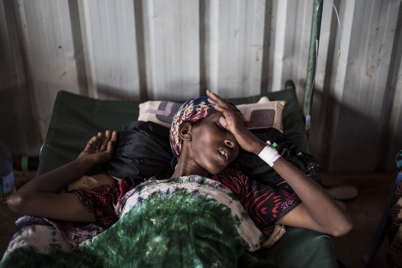 Kobieta w szpitalu cholerycznym w Somalii. W zwiazku z brakiem dostępu do czystej wody wzrasta liczba przypadków cholery i ostrej biegunki infekcyjnej (AWD) /Getty Images