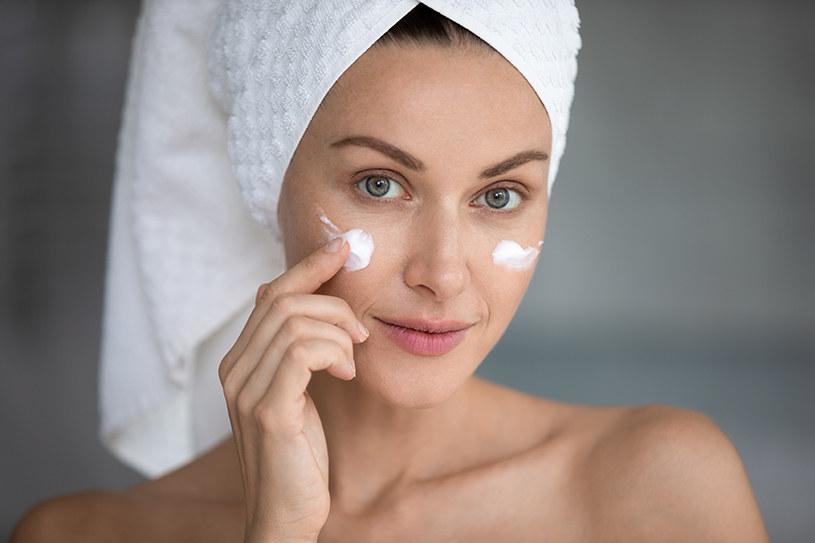 Kobieta w trakcie pielęgnacji twarzy /materiały promocyjne