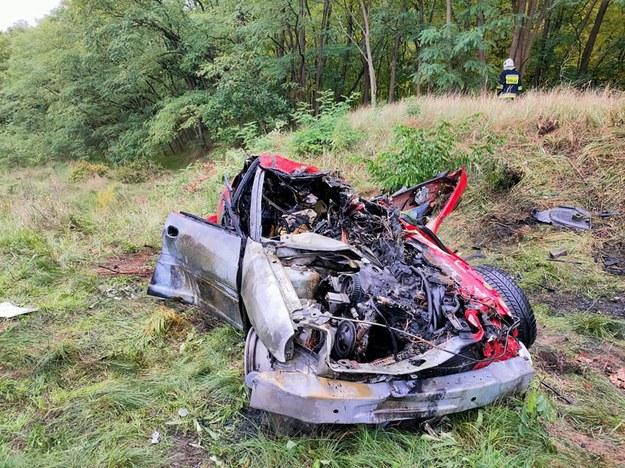 Kobieta wjechała pod szynobus. Po zdarzeniu samochód stanął w płomieniach. /Policja Lubuska /Policja