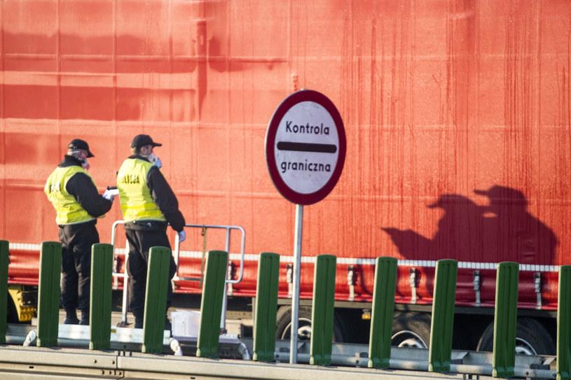 Kobieta wrócila z Niemiec. Na granicy skierowano ją na obowiązkową kwarantannę, zdj. ilustracyjne: kontrole na granicy w związku z koronawirusem /Marek Berezowski /Reporter