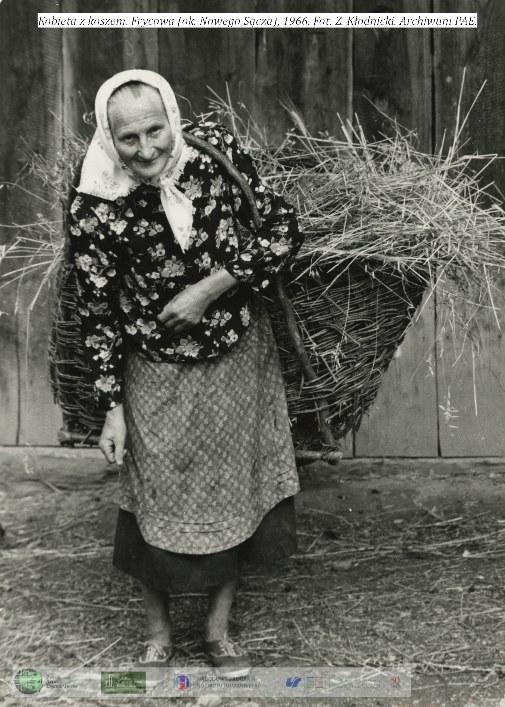 Kobieta z koszem. Frycowa ok. Nowego Sącza 1966 rok / Zdjęcia: zespół PAE Uniwersytet Śląski /&nbsp