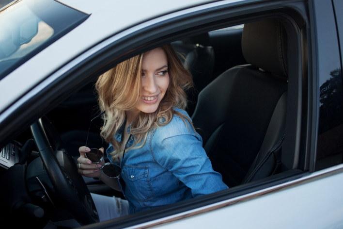 Kobieta za kierownicą samochodu nie dziwi nikogo /123RF/PICSEL
