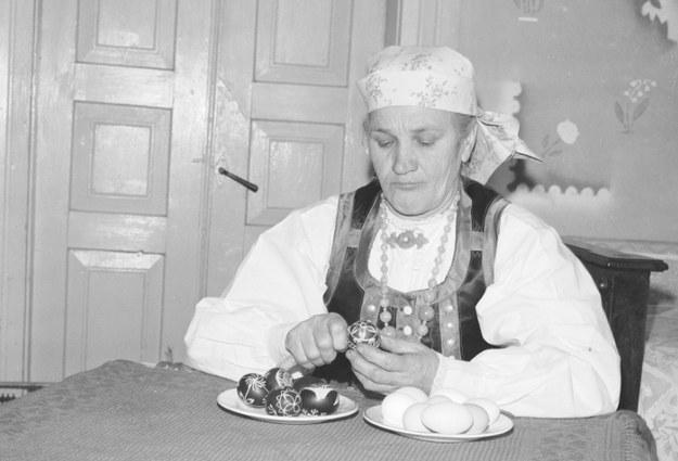 Kobieta zdobi pisanki. Zdjęcie z połowy lat 70. zeszłego stulecia /Z archiwum Narodowego Archiwum Cyfrowego