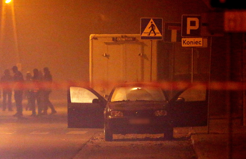 Kobieta znalazła w swoim samochodzie podejrzaną teczkę /Grzegorz Momot /PAP