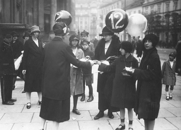 Kobiety agitujące przed wyborami do Rad Dzielnic Warszawy, 1927 rok /Ze zbiorów Narodowego Archiwum Cyfrowego
