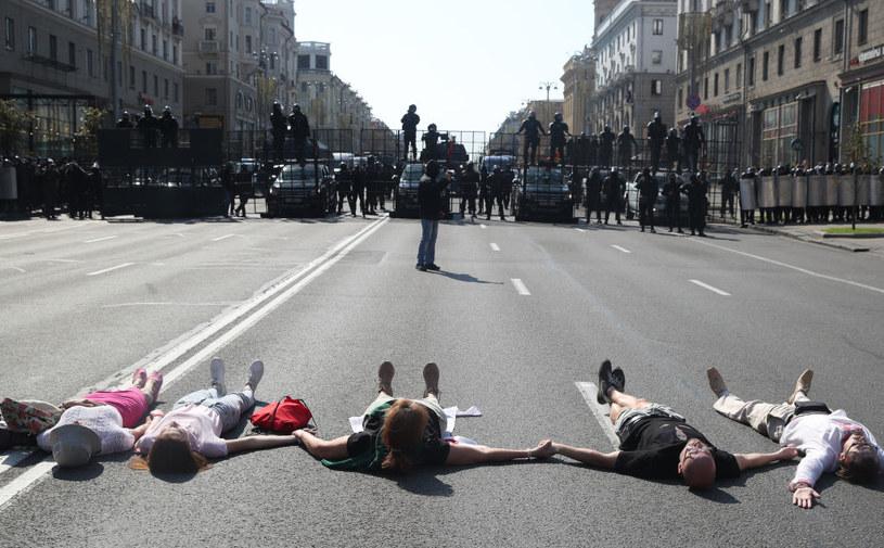 Kobiety biorące udział w proteście położyły się na ziemi, by ochronić uczestników / Natalia Fedosenko/TASS /Getty Images