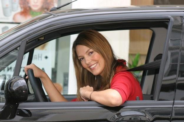 Kobiety coraz liczniej zdają na prawo jazdy /
