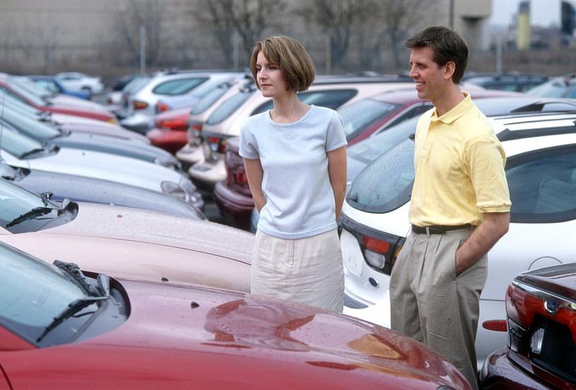 Kobiety coraz odważniej same kupują samochody /Rex Features /East News