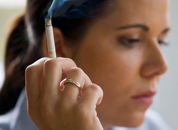 Kobiety częściej niż mężczyźni mają kłopoty z sercem z powodu palenia papierosów /© Panthermedia