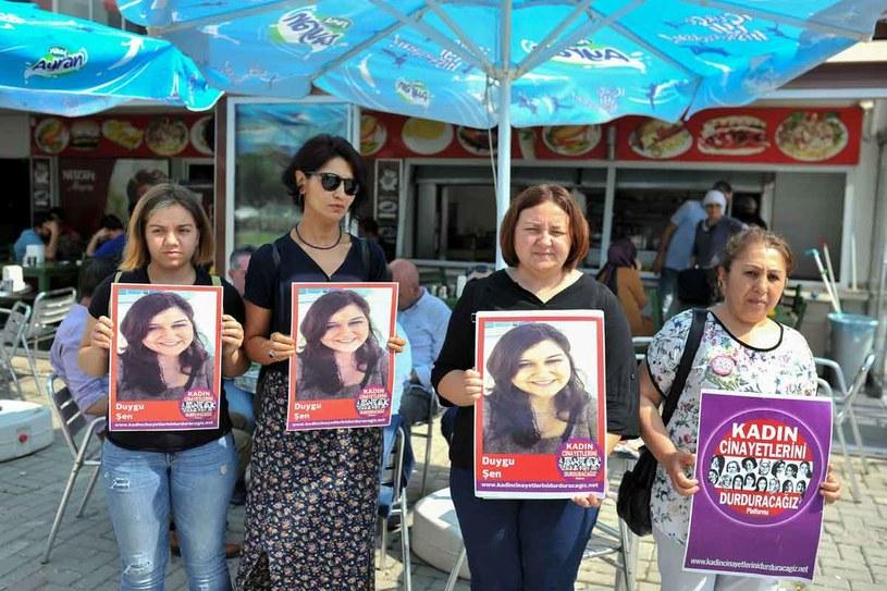 Kobiety demonstrują pod sądem w Izmirze, trzymając w dłoniach portret ofiary. W 2016 roku w Turcji zostało zamordowanych 328 kobiet. Niemal codziennie kobieta pada ofiarą mężczyzny, którego zna. /AFP