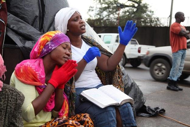 Kobiety modlą się o Bożą interwencję, aby powstrzymać rozprzestrzenianie się śmiertelnego wirusa Ebola /AHMED JALLANZO  /PAP/EPA