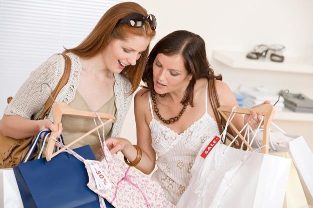 Kobiety najchętniej kupują ubrania, kosmetyki, książki /© Panthermedia