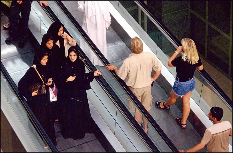 Kobiety niewyznawające religii Mahometa cieszą się większą swobodą w Dubaju /Pool BASSIGNAC/ROUSSEL /Getty Images