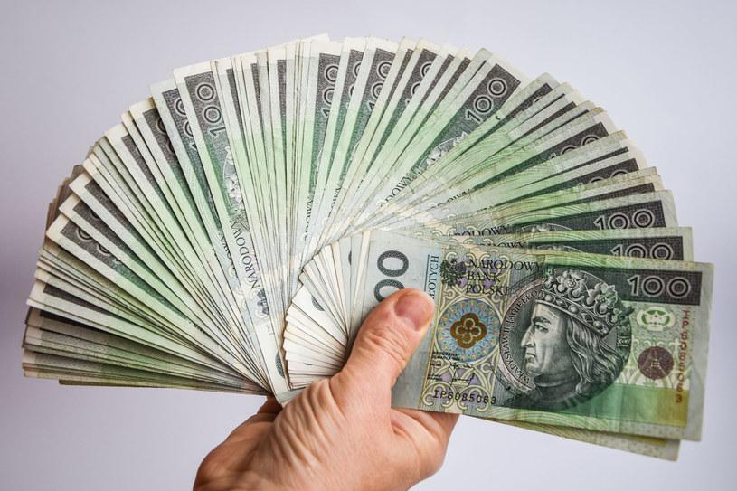 Kobiety po studiach doktoranckich zarabiały 6150 zł, a mężczyźni 8600 zł /123RF/PICSEL
