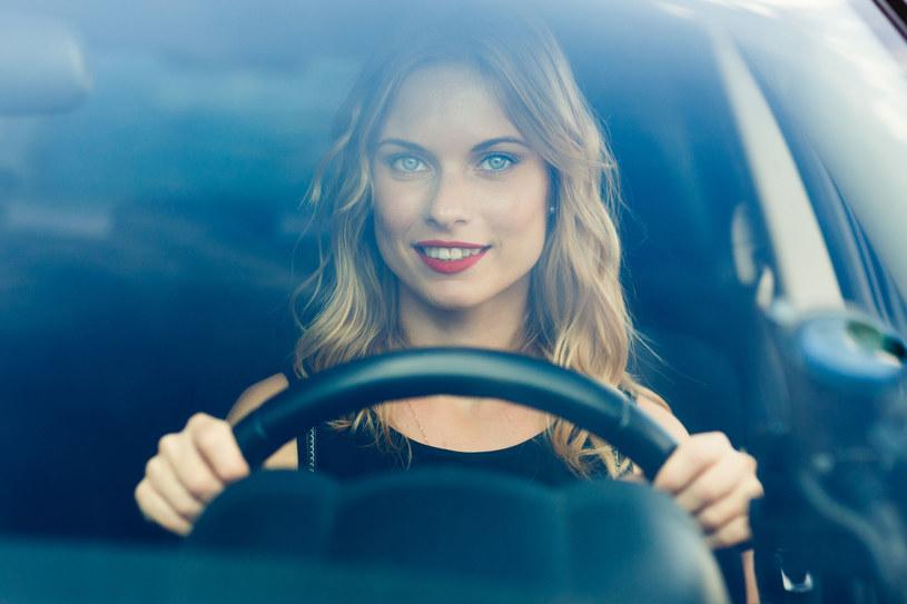 Kobiety powodują mniej wypadków, ponieważ za kierownicą są bardziej uważne i jeżdżą ostrożnej od mężczyzn. /123RF/PICSEL