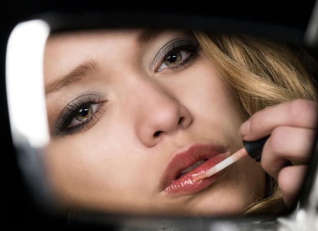 Kobiety, prowadząc samochód, są w stanie zrobić makijaż /© Panthermedia