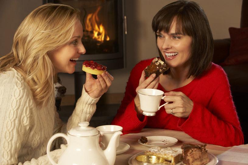 Kobiety przez wiele godzin z kubkiem herbaty mogą snuć niezwykłe opowieści /123RF/PICSEL