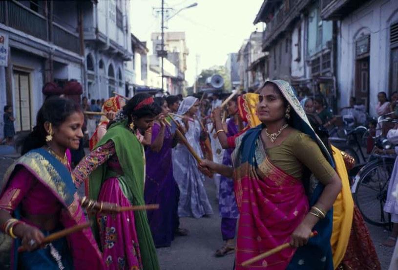 Kobiety tańczą tradycyjny taniec z kijami w Bhavnagar /Getty Images