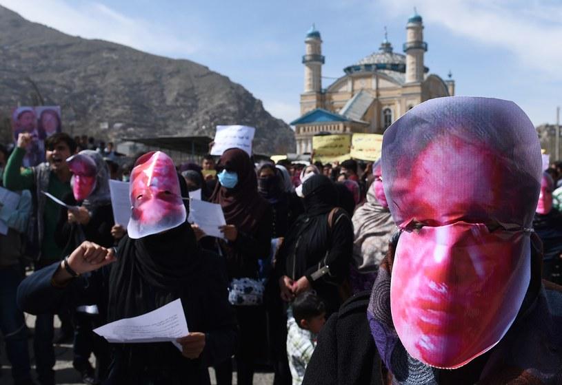 Kobiety uczestniczące w marszu miały na twarzach maski z wizerunkiem zamordowanej Farhondy /AFP