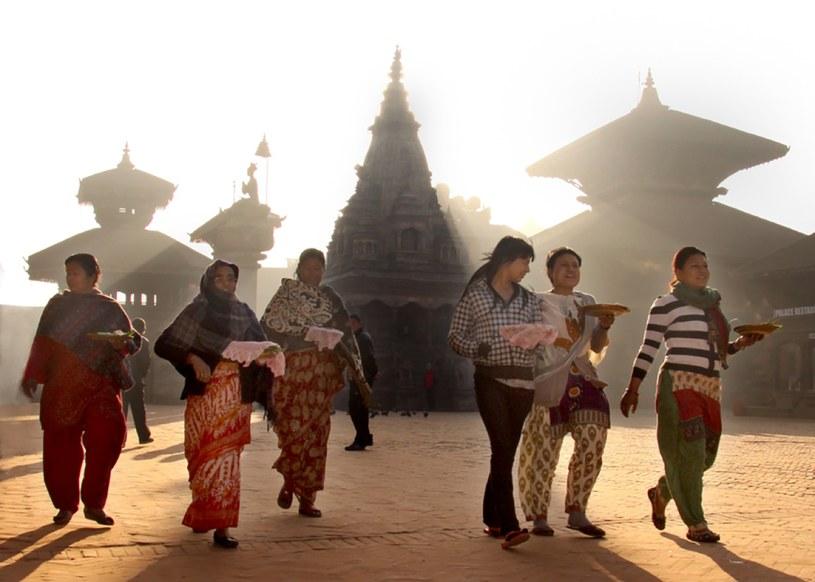 Kobiety udające się o świcie do świątyni złożyć ofiary. Fot. Ravin Man Bajracharya /Styl.pl