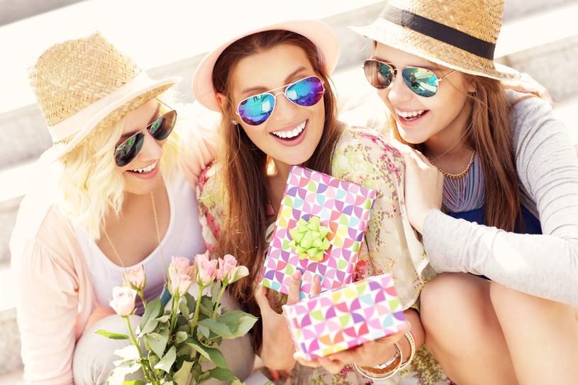 Kobiety uwielbiają dostawać kwiaty i perfumy /123RF/PICSEL