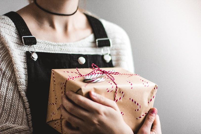 Kobiety uwielbiają dostawać prezenty /Unsplash