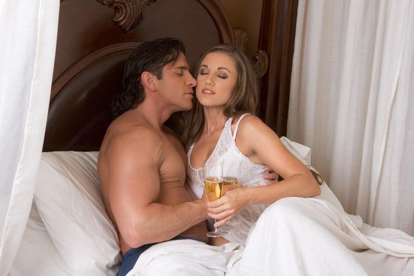 Kobiety uwielbiają romantyczne uniesienia. Warto o tym pamiętać /123RF/PICSEL