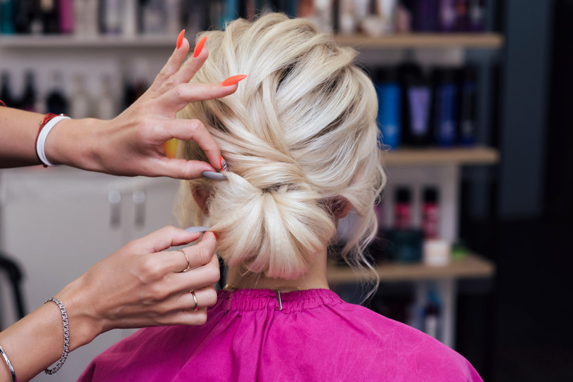 Kobiety uwielbiają upięcie cord knot, ponieważ jest wygodny i prezentuj się ciekawie /123RF/PICSEL