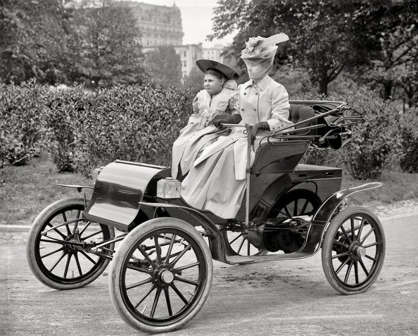 Kobiety w jednym z pierwszych samochodów /Agnieszka Lisak – blog historyczno-obyczajowy