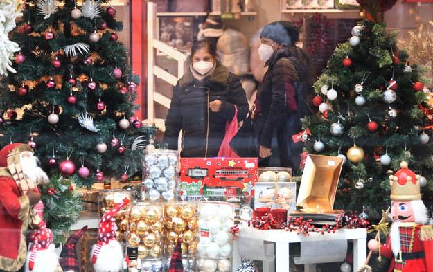 Kobiety w maskach w Mediolanie wśród artykułów świątecznych /DANIEL DAL ZENNARO  /PAP/EPA